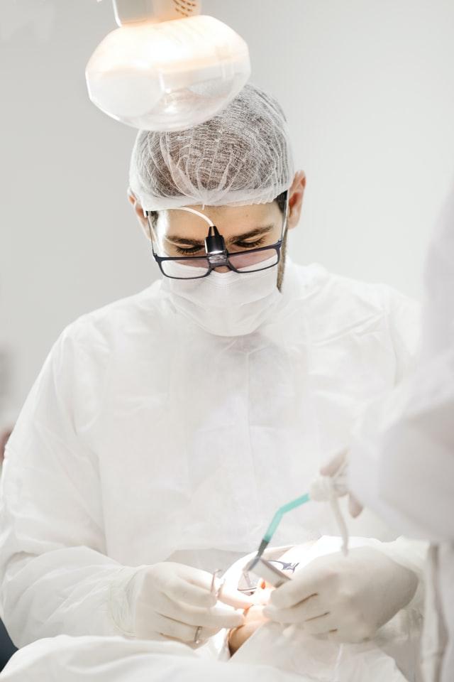 Czy-wstawienie-implantu-boli